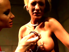 Blonde Katy Parker with biggest knockers gives Pearl Diamonds love tunnel a lick
